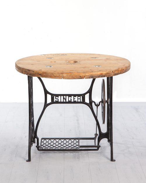 Mesa Singer. Es uno de los productos de alquiler y decoración de la empresa Évelen enmarcado en la categoría de textil.